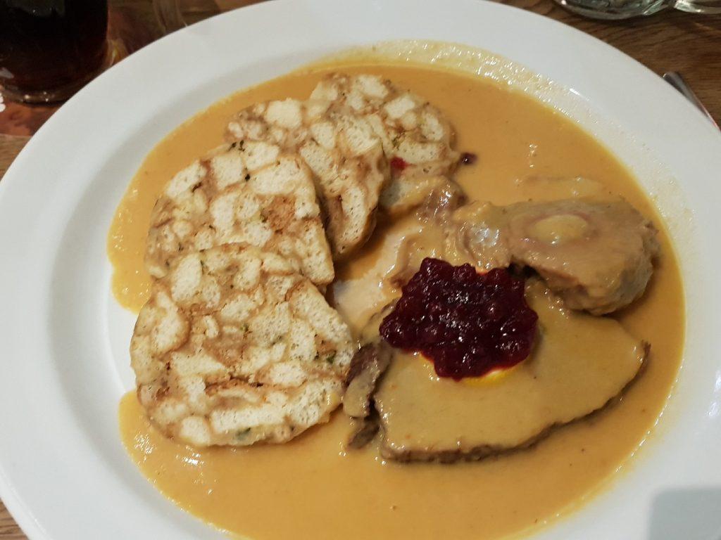 Prága egyik kedvelt étele, a vadas knédlivel.